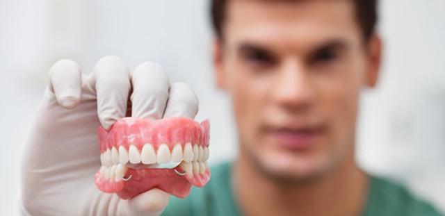 Льготное протезирование зубов ветеранам труда: размер льготы