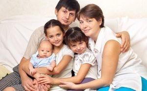 Многодетным семьям будут платить по 100 тысяч рублей в месяц