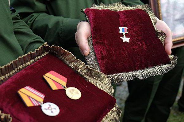 Выплаты для Героев России: как оформить льготу (список документов)