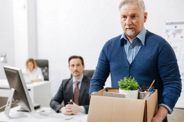 Выплаты при сокращении работающего пенсионера в 2020 году